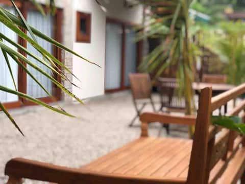 Chalé a 200m da Praia da Feiticeira (garden2)