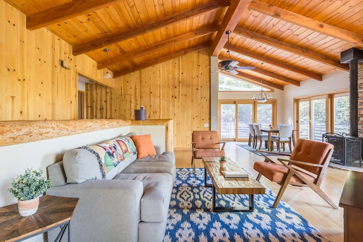 Luxury Cabin w/ Incredible Views & Sunny Deck