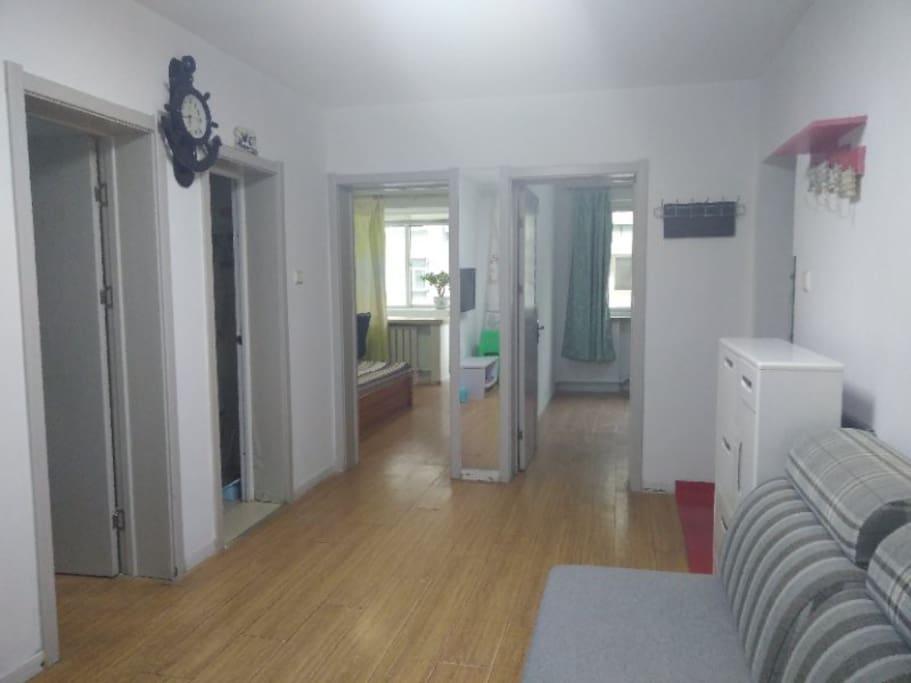 客厅宽敞明亮,地中海风格装修