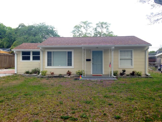 Comfy 2 Bedroom Home in Quaint Dunedin, Florida - Dunedin - House