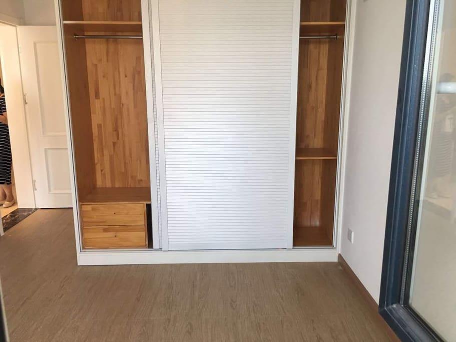 主卧衣柜纯实木私人订制。
