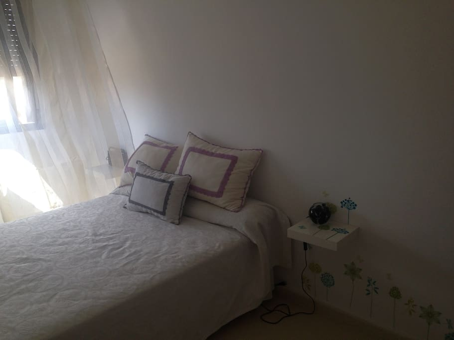 Dormitorio disponible con baño independiente.