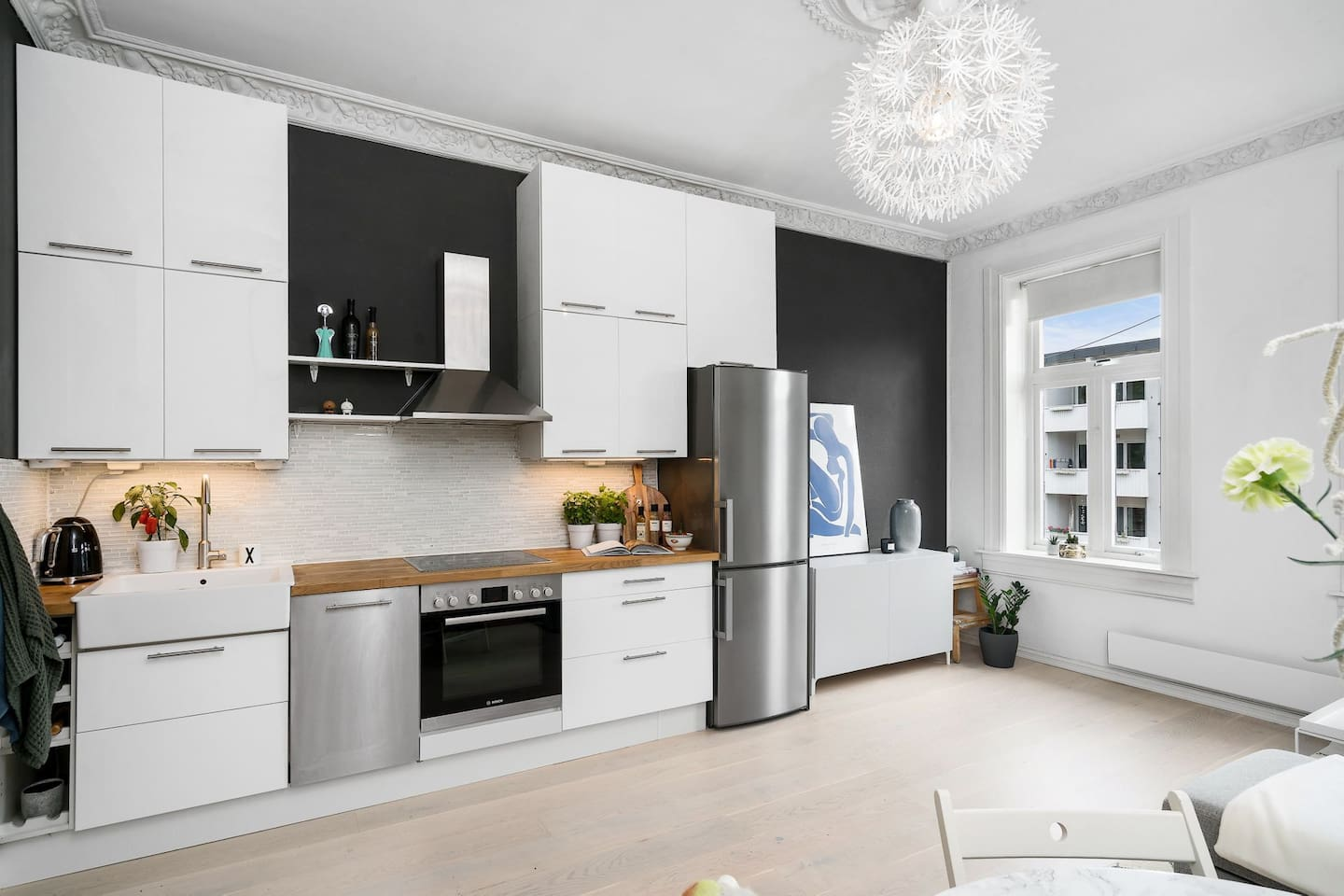 Lovely and spacious living room and kitchen. High 3 meter ceiling in the whole apartment.