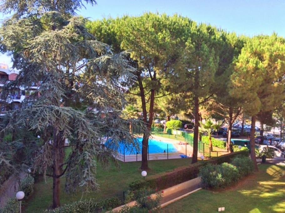 Terrasse avec vue sur piscine