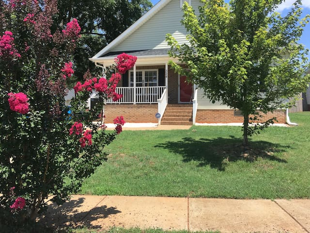 Surrounding Downtown, Beautiful Room, Quiet Place - Greenville - Casa