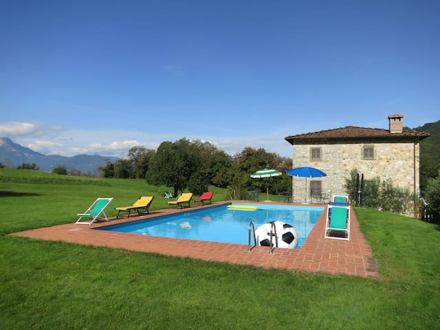 Villa with pool in position Overview - Piano di Coreglia - Naturstuga