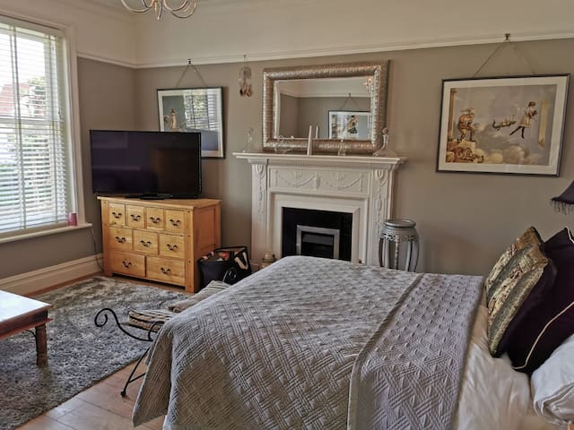 Spacious Victorian house close to seafront & shops