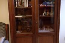 Armoire à livres, jeux de société et informations touristiques (rdc)