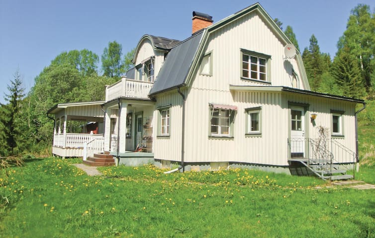 Holiday cottage with 4 bedrooms on 140m² in Stöllet