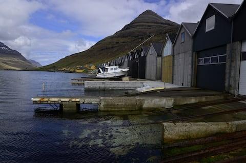 Acogedor casal de botes al costat del mar