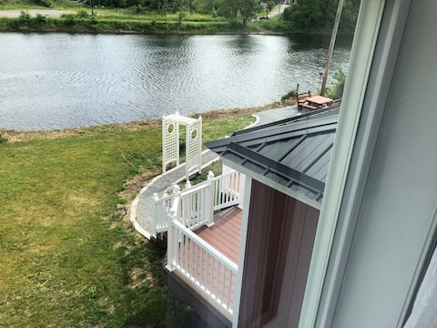 Waterfront two bedroom Jacuzzi Suite on the river!