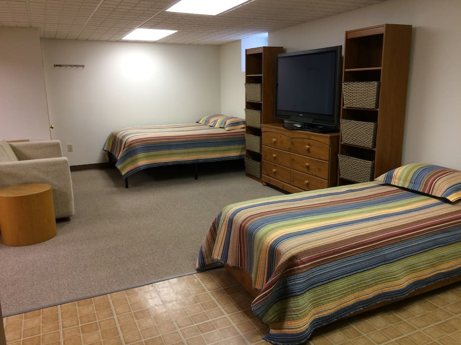 PRIVATE, Lower Level Suite; 1-6 guests; bring the children; choose from 1 queen bed, 1 twin bed, 2 twin FLOOR mattresses, love seat for young child and pack 'n play. ***Please specify your choice of beds when booking.