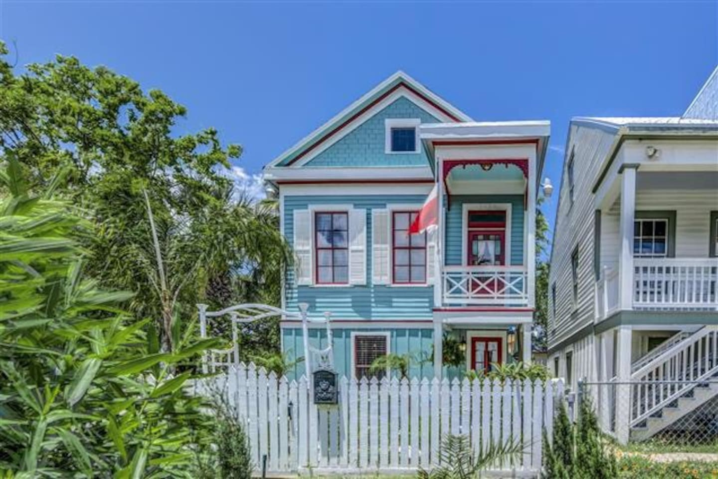 Beautifully restored 1898 Home, located in the Nationally Historic Silk Stocking District. This home is in the local history books and is a real treat for guests to stay in. Cozy and comfortable!!