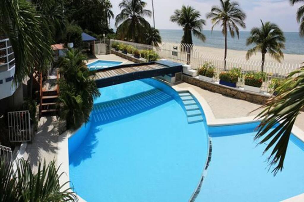piscina del edifico  salida directa al mar