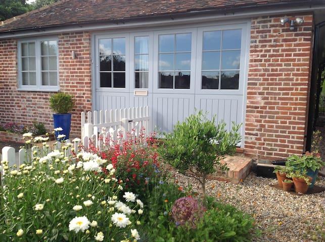 Delightful Hawkhurst cottage on the village green