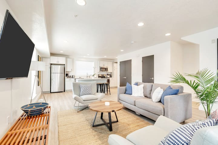 Smashing Brand New Downtown Townhome: 2 Suites/2BA