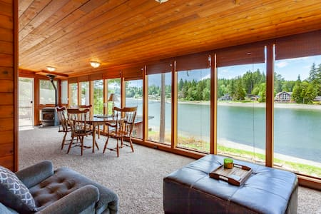 Stretch Island Waterfront Oasis * Sunroom | Stars