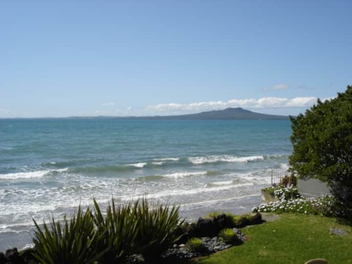 AUCKLAND, ABSOLUTE BEACHFRONT PARADISE!