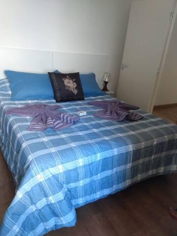 Quarto principal c/ Cama queen size roupas de cama e toalhas a sua disposição