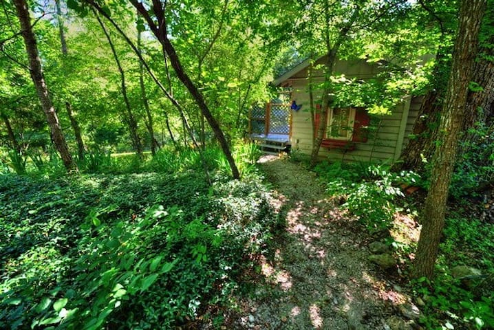 Your own Garden of Eden  Private Cottage on lots of acreage Close to main street - Eureka Springs