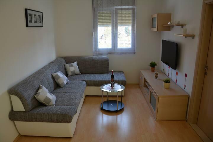 Budget friendly apartment near airport - Kaštel Novi - Departamento