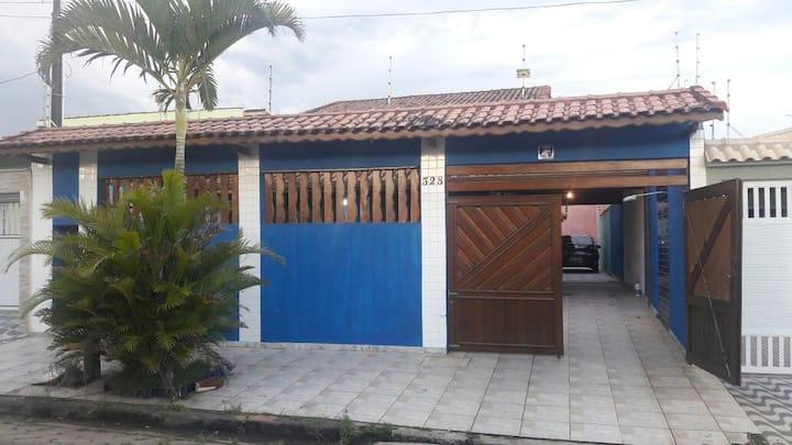 Casa com Piscina e próxima à Praia em Peruíbe