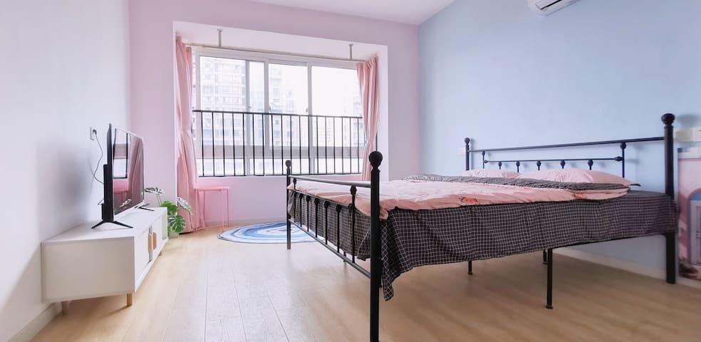 单身公寓,粉蓝色系轻松自然,干净清爽。万达广场附近,嘉兴南高铁站15东西车程,出行方便。