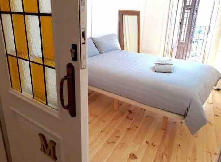 Bright room with balcony by Gran Vía