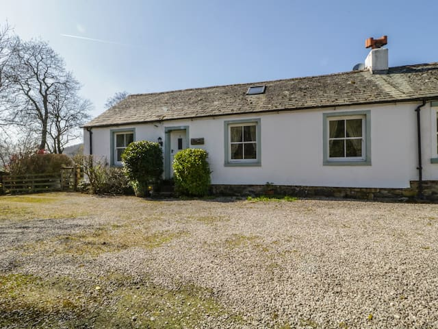 MELL VIEW COTTAGE, family friendly in Pooley Bridge, Ref 972285