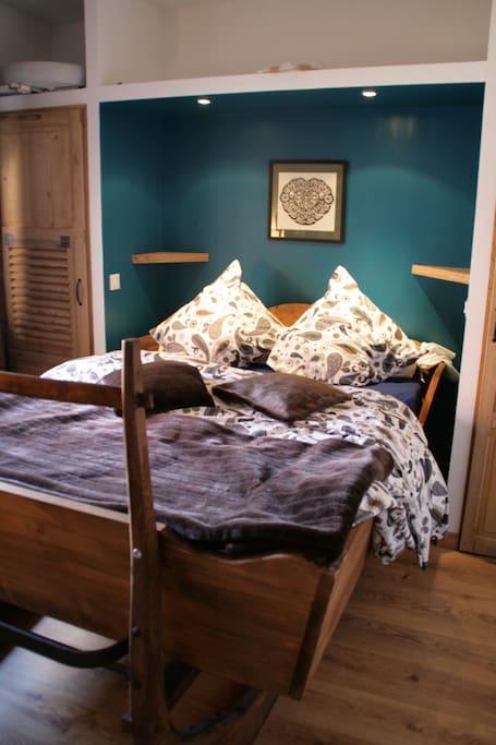 lit traineau avec placards faits avec des volets chinés