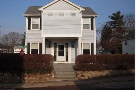 Walk to private beach and club from this 2BDR home - Branford - Hus