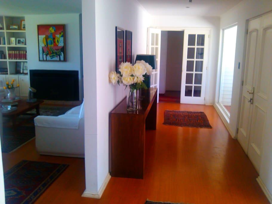 Lobby amplio y acogedor, muy independiente de los dormitorios