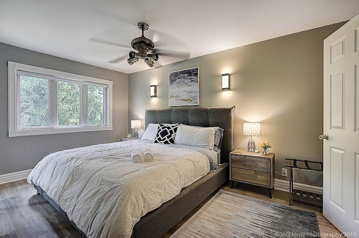 Spacious King Sized Bedroom overlooking the Yard.