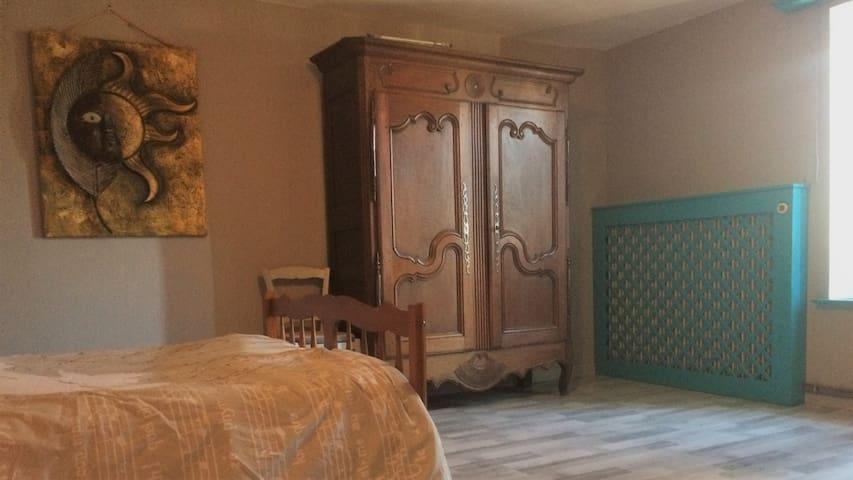 """La plus grande chambre au 1 er """"22 m2"""", composée d'un lit 2  places, armoire lorraine, un grand bureau et écran, penderie sont à  l'opposé de cette vue,"""