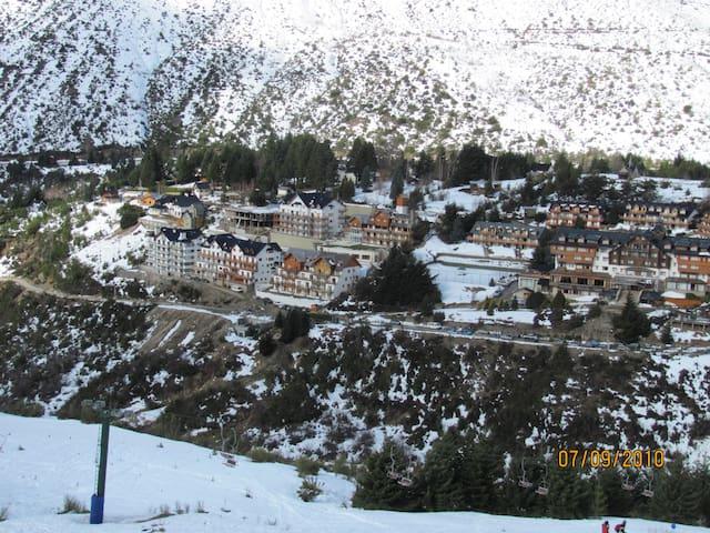 Vista desde el Cerro Catedral (pistas de ski) hacia la Villa Cerro Catedral y edificio Club del Cerro