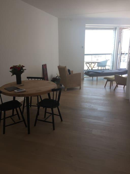 Stue, spiseplads - køkken til højre i billedet.