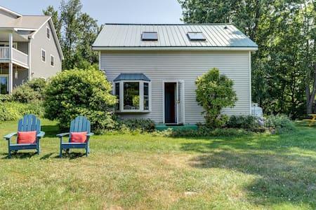 Cozy cottage on Lake Champlain w/kayaks, foosball table, & views!