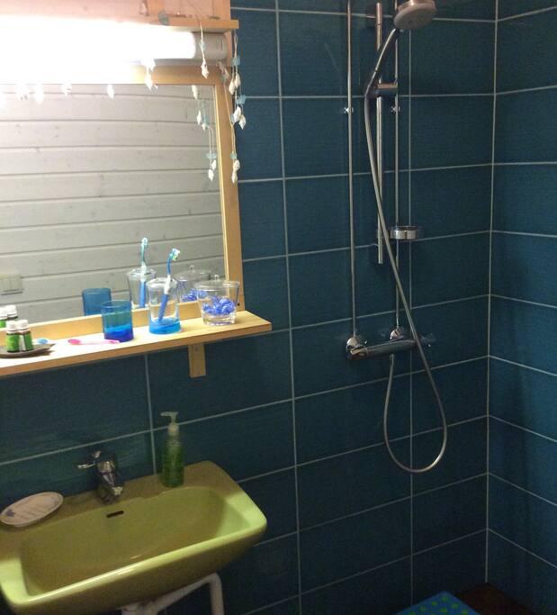 Saunakammarissa on oma suihku.