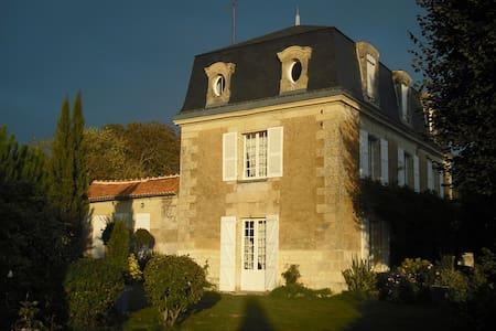 Mansart house 18 e, 2 h 5 of park - Chalais