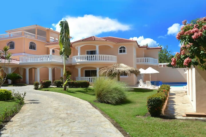 Private 6 bedroom villa great for parties and get togethers - Sosua