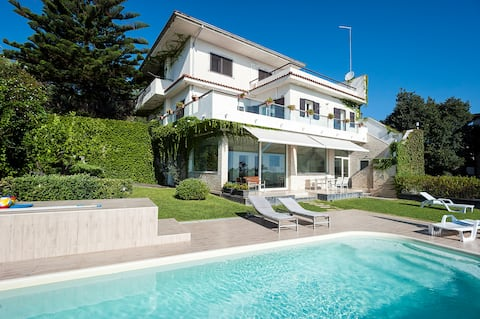 Villa with Pool and Spectacular Views on the Coast