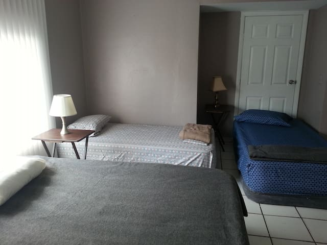 Twin Bed 4a close - Twins and Queens Miami Central - Miami - House