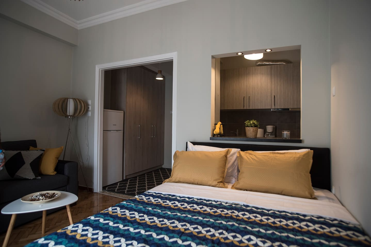 Modern refurbished studio in the centre of Athens, 40sm2,  3rd floor, king size bed, double sofabed, open plan, fully equiped kitchen, fridge, balcony, access to 3  underground & railway stations in 5-7 minutes (walking distance) , accomodates 2-4 people (upon request)