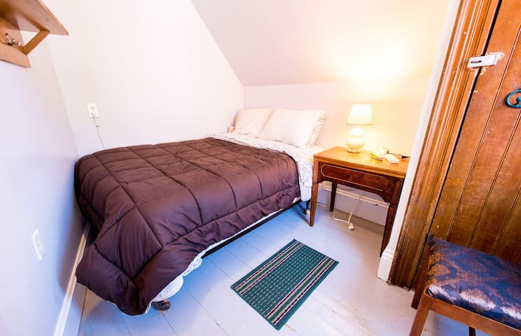 Bright & Cozy Guest Room+ Shared Washroom
