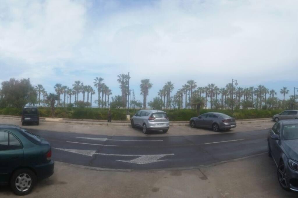 panorámica desde la puerta del domicilio / vista del paseo de la playa