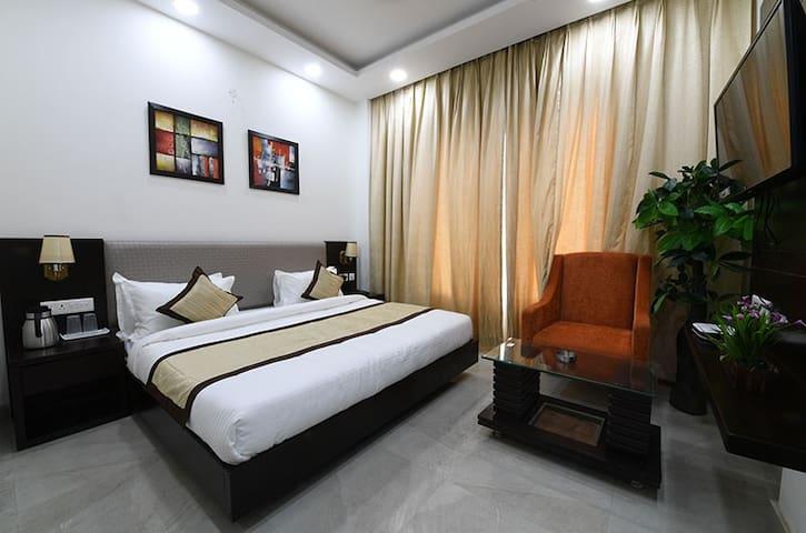Cozy Room For 2 People + AC + WiFi. Near Janmabhoomi & Railway Station