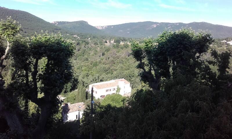 La Tour - Bagnols-en-Forêt - Aamiaismajoitus