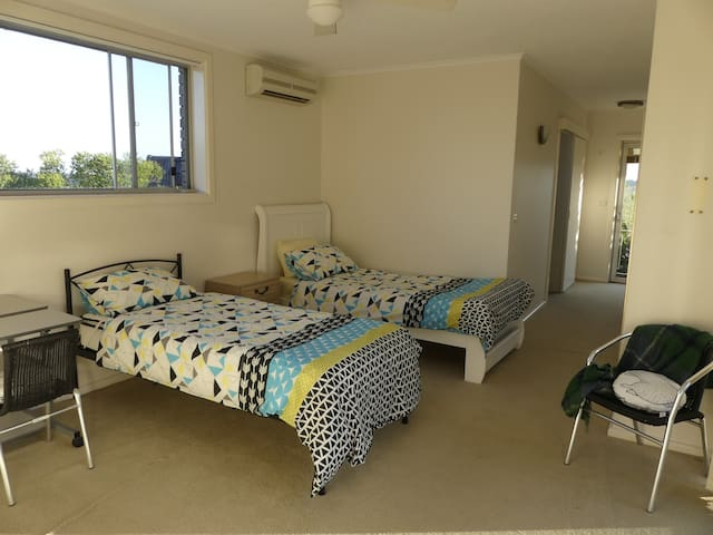 Bright private twin bedroom, Northern Beaches - Killarney Heights - Rumah