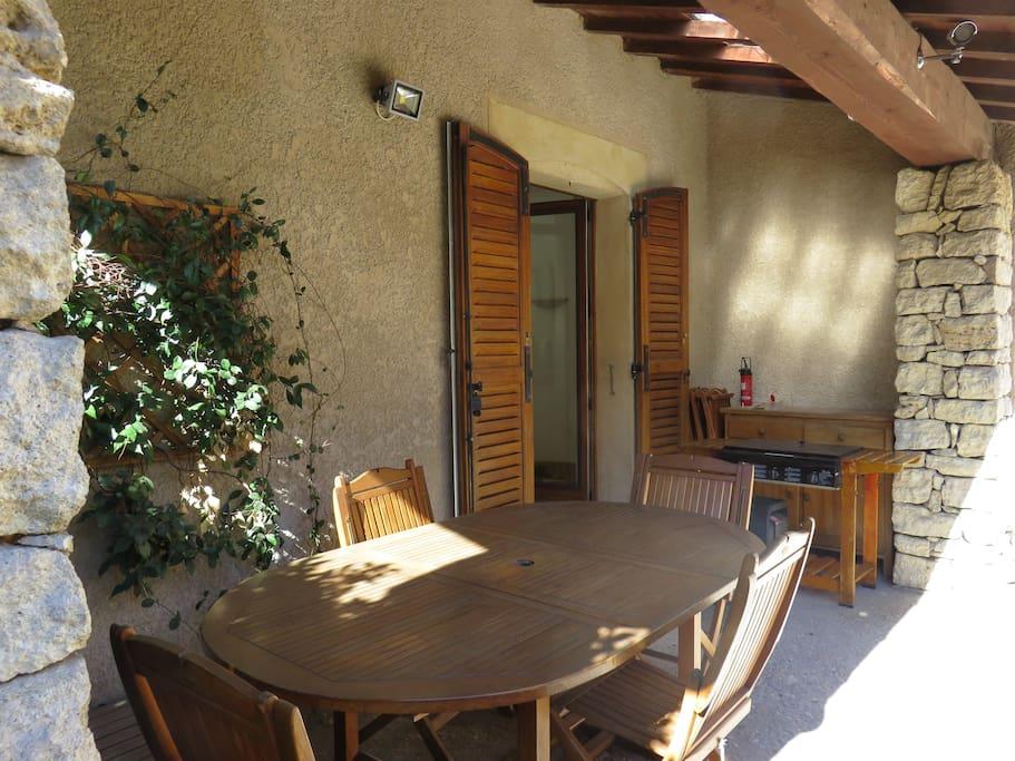 salon de jardin pour déjeuner à l'ombre de l'auvent
