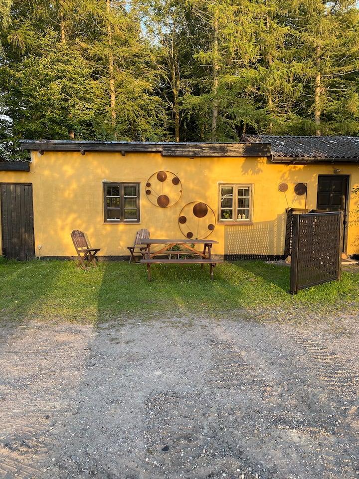 Lyst gæstehus ved skov og strand.  Tæt på udlejer